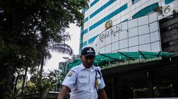 Petugas keamanan berjaga jelang penyitaan aset oleh Pengadilan Negeri Jakarta Selatan di Gedung Granadi, Jalan HR Rasuna Said, Senin (17/12). Penyitaan dilakukan buntut dari penyelewengan uang negara oleh Yayasan Supersemar. (Liputan6.com/Faizal Fanani)