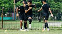 Aksi striker PSIS Semarang, Hari Nur Yulianto bersama rekan-rekannya dalam sesi latihan. (Dok PSIS)
