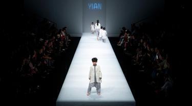 Sejumlah model cilik berjalan di atas catwalk mengenakan koleksi busana orang tua dan anak YIAN karya Lu Enhua selama China Fashion Week di Beijing, Sabtu 1 April 2017. (AP Photo / Mark Schiefelbein)