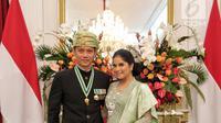 Putra Presiden RI ke-6 SBY, Agus Harimurti Yudhoyono atau AHY dan istri Annisa Pohan foto bersama usai Upacara HUT ke-74 RI di Istana Merdeka, Jakarta, Sabtu (17/8/2019). AHY dan Annisa tampil berbaju adat Sumbar dan Kebaya. (Liputan6.com/HO/Bintang Radityo dan Michael Wicaksono)