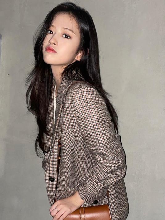 An Yujin terlihat mengenakan blazer kotak-kotak bernuansa cokelat yang serasi dengan tas Celine yang dipilihnya. Ia menyempurnakan penampilan kasualnya dengan innerwear putih dan celana jeans. Foto: Document/Celine.