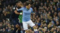 Gelandang Manchester City, David Silva, berebut bola dengan pemain Everton, Djibril Sidibe, pada laga Premier League di Stadion Etihad, Rabu (1/1/2020). Manchester City menang 2-1 atas Everton. (AP/Rui Vieira)