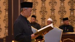 Muhyiddin Yassin menyatakan sumpah saat upacara pelantikannya sebagai Perdana Menteri Malaysia di Istana Negara, Kuala Lumpur, Minggu (1/3/2020). Upacara ini hanya satu pekan setelah Mahathir Mohamad mengundurkan diri sebagai PM Malaysia. (MASZUANDI ADNAN/MALAYSIA'S DEPARTMENT OF INFORMATION/AFP)