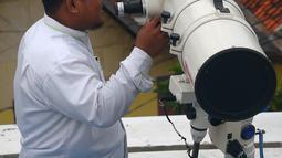 Petugas memeriksa teropong yang digunakan untuk melihat posisi hilal (bulan) dari Pondok Pesanteren Al-Hidayah Jakarta, Selasa (15/5). (Merdeka.com/Imam Buhori)