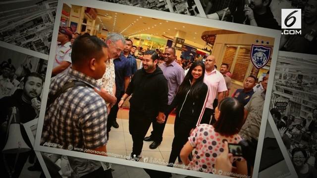 Pangeran Johor Malaysia , Tunku Ismail Sultan Ibrahim tiba-tiba muncul dan menawarkan diri untuk membayar tagihan belanja para pengunjung mal.