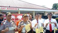 Belasan STNK palsu diamankan Polres Majalengka hasil dari penyelidikan terhadap salah satu kendaraan. Foto (Liputan6.com / Panji Prayitno)