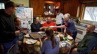 Mark Zuckerberg makan bersama dengan keluarga Gant saat kunjungan ke Blanchardville, Wisconsin, AS. (Facebook/Mark Zuckerberg)
