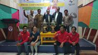 Deputi III Kemenpora, Raden Isnanta (atas, kedua dari kiri), berpose bersama atlet-atlet Indonesia yang akan bertanding dan penyelenggara turnamen golf Piala Menpora 2018. (Istimewa)