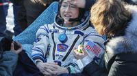 Christina Koch, astronot wanita NASA yang menyetak rekor karena paling lama berada di ruang angkasa. (Source: Sergei Ilnitsky/Pool Photo via AP)