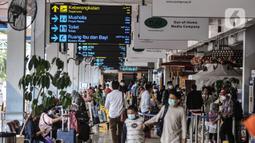 Calon penumpang memadati Bandara Halim Perdanakusuma, Jakarta, Kamis (17/12/2020). Pemerintah mewajibkan penumpang semua moda transportasi yang masuk dan keluar Jakarta untuk melakukan rapid test antigen mulai 18 Desember 2020 - 8 Januari 2021. (merdeka.com/Iqbal Nugroho)
