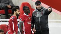 Pelatih Liverpool, Jurgen Klopp, memberikan arahan kepada Sadio Mane dan Mohamed Salah saat menghadapi Midtjylland pada laga Liga Champions 2020/2021 di Stadion Anfield, Rabu (28/10/2020) dini hari WIB. Liverpool menang 2-0 atas Midtjylland. (AFP/Peter Powell/pool)