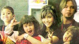 Al, El dan Dul membuat netizen terpana dengan foto bersama sang ayah dan bunda. Ahmad El Jallaludin Rumi alias El pernah menjadi aktor di film Kampung Zombie dan sinetron Siti Bling-Bling.(Liputan6.com/IG/@elelrumi)