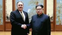 Pemimpin Korea Utara Kim Jong-un berjabat tangan dengan Menteri Luar Negeri AS, Mike Pompeo, dalam sebuah pertemuan resmi di Pyongyang (AP/The White House)