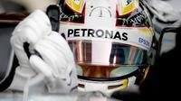 Pebalap Mercedes, Lewis Hamilton, membetulkan sarung tangannya menjelang start F1 GP Jepang di Sirkuit Suzuka, Jepang, Minggu (9/10/2016). (Autosport)