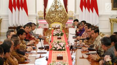 Presiden Joko Widodo didampingi Seskab Pramono Anung  menerima pengurus Asosiasi Pengusaha Indonesia (Apindo) di Istana Merdeka Jakarta, Kamis (13/6). Presiden meminta masukan dari Apindo terkait pemerintahan ke depan, salah satunya tentang upaya peningkatan nilai ekspor. (Liputan6.com/Angga Yuniar)