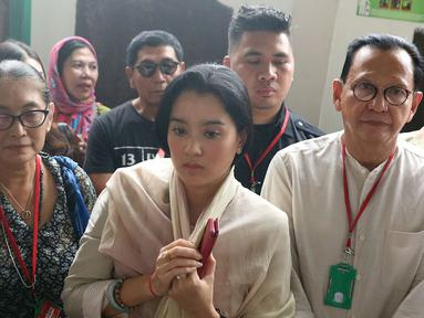 Aktris Marcella Zalianty (tengah) bersama Jajang C. Noer (kiri) dan aktor Roy Marten (kanan) saat menghadiri sidang kasus narkoba Tio Pakusadewo di PN Jakarta Selatan, Kamis (7/6). Sidang beragendakan pledoi. (Liputan6.com/Immanuel Antonius)