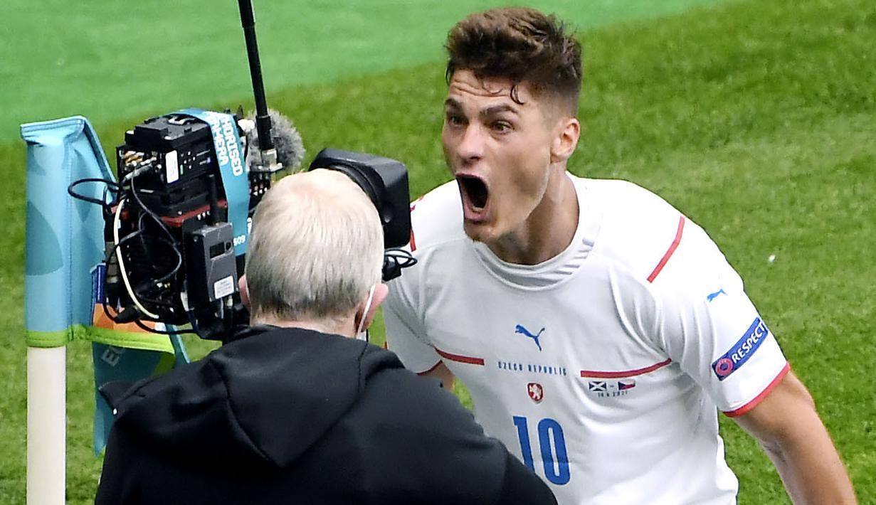Republik Ceska sukses membungkam tuan rumah Skotlandia dengan dua gol tanpa balas pada laga Grup D Euro 2020 di Hampden Park, Glasgow, Senin (14/6/2021). (AP/Andy Buchanan, Pool)