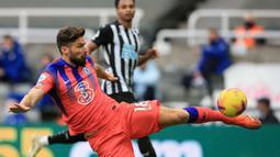 Striker Chelsea, Olivier Giroud, melepaskan tendangan saat menghadapi Newcastle United pada laga lanjutan Liga Inggris di St James Park, Sabtu (21/11/2020) malam WIB. Chelsea menang 2-0 atas Newcastle United. (AFP/Lindsey Parnaby/pool)