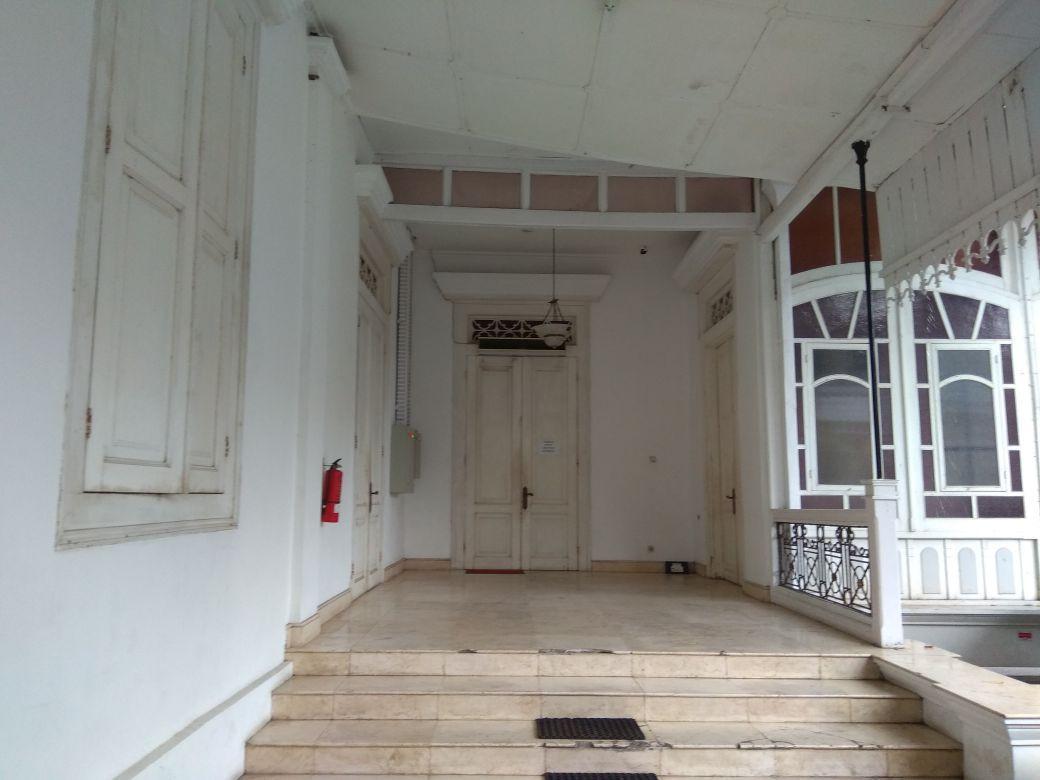 Di depan pintu lorong selatan inilah sering terlihat sosok bayangan perempuan. Hantu? (foto: Liputan6.com/edhie prayitno ige)
