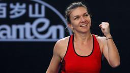 Simona Halep tersenyum usai mengalahkan Naomi Osaka di putaran keempat di kejuaraan tenis Australia Terbuka di Melbourne, (22/1). Halep akan tampil di perempat final ketiganya dari empat grand slam terakhirnya. (AP Photo / Ng Han Guan)