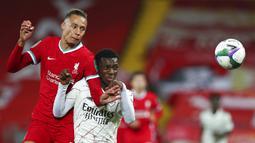 Pemain Liverpool Rhys Williams (kiri) dan pemain Arsenal Eddie Nketiah berebut bola pada pertandingan putaran keempat Piala Liga antara Liverpool dan Arsenal di Anfield, Liverpool, Inggris, Kamis (1/10/2020). Arsenal mengalahkan Liverpool 5-4 dalam adu penalti. (Peter Byrne/Pool via AP)