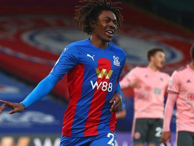 Gelandang Crystal Palace, Eberechi Eze melakukan selebrasi usai mencetak gol kedua timnya ke gawang Sheffield United dalam laga lanjutan Liga Inggris 2020/21 pekan ke-17 di Selhurst Park, Sabtu (2/1/2021). Crystal Palace menang 2-0 atas Sheffield United. (AFP/Clive Rose/Pool)