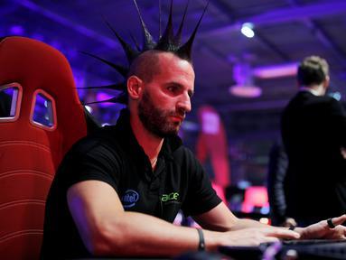 Ekspresi pengunjung saat memainkan video game pada acara Paris Games Week di Paris, Prancis (26/10). Sejumlah pencandu game berkumpul dalam Acara Paris Games Week dan unjuk kebolehan dalam bermain video game. (REUTERS/Benoit Tessier)