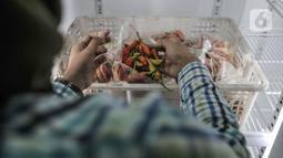 Pekerja menyiapkan paket cabai rawit merah yang siap dijual dalam Pasar Cabai Murah di Pasar Mitra Tani Klender, Duren Sawit, Jakarta, Rabu (10/3/2021). Pasar Cabai Murah tersebut menjual cabai rawit Rp38.000 hingga Rp49.000 per setengah kilogram. (merdeka.com/Iqbal S Nugroho)