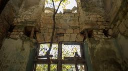 Bagian dalam kastil La Mothe-Chandeniers yang rusak oleh vegetasi di Les Trois-Moutiers, Prancis, 8 Oktober 2018. Kastil yang tampak seperti negeri dongeng itu tak pernah secara resmi diklasifikasikan sebagai bangunan bersejarah. (GUILLAUME SOUVENT/AFP)