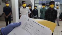 Pengecekan bebas virus corona COVID-19 kepada narapidana yang mendapat pembebasan bersyarat melalui program asimilasi dan integrasi di Rutan Kelas I Depok, Jawa Barat, Selasa (7/4/2020). Pemerintah membebaskan 30.432 narapidana dan anak di seluruh Indonesia. (Liputan6.com/Johan Tallo)