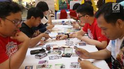 Para pecinta kartu pokemon bermain kartu The Pokémon Trading Card Game di Kota Kasablanca, Jakarta, Kamis (8/8/2019). Tingginya permainan tukar kartu yang telah terjual sebanyak 27,2 miliar, Pokémon Trading Card Game membidik pasar Indonesia. (Liputan6.com/Angga Yuniar)