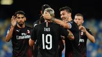 Bek AC Milan, Theo Hernandez (19) berselebrasi dengan rekan-rekannya usai mencetak gol ke gawang Napoli pada pertandingan lanjutan Liga Serie A Italia di Stadion San Paolo di Naples, Italia, Minggu, (12/7/2020). AC Milan bermain imbang 2-2 atas Napoli. (Spada/LaPresse via AP)