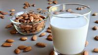 Almond dan Susu menjadi kombinasi yang ideal. (Via: naturalhut.net)