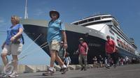 Sejumlah turis asal eropa turun dari Kapal Pesiar  Volendam yang berbendera Belanda  bersandar di Pelabuhan Tanjung Emas Semarang, Jumat (4/3). Sekitar 475  turis ini akan menikmati kota Semarang. (Liputan6.com/Gholib)