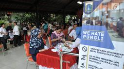 Warga mengikuti pelayanan Bina Kependudukan di Rusun Petamburan, Jakarta, Rabu (26/6/2019). Operasi Biduk Dinas Dukcapil Jakarta Pusat dari 14-24 Juni 2019 mencatat sebanyak 3.491 jiwa merupakan pendatang baru dari luar Jakarta pasca Hari Raya Idul Fitri 1440 H. (merdeka.com/Iqbal S. Nugroho)
