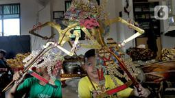 Anak-anak berlatih mendalang wayang kulit di Sanggar Nirmalasari, Cinere, Depok, Jawa Barat, Minggu (9/2/2020). Keberadaan sanggar yang diasuh Ki Asman Budi Prayitno hingga saat ini belum mendapat bantuan dana dari pemerintah pusat maupun daerah. (merdeka.com/Arie Basuki)