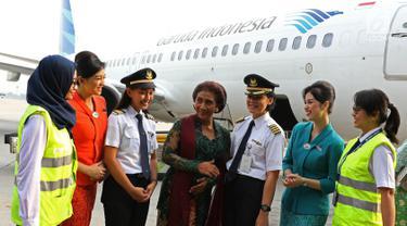 Menteri Kelautan dan Perikanan Susi Pudjiastuti (tengah) berbincang dengan pilot dan sejumlah kru sebelum mengikuti Kartini Flight GA 204 rute Jakarta - Yogyakarta di Bandara Soetta, Tangerang, Banten, Sabtu (21/4). (Liputan6.com/Immanuel Antonius)