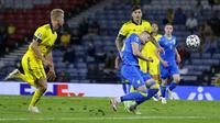 Pemain Ukraina Artem Dovbyk mencetak gol ke gawang Swedia pada pertandingan babak 16 besar Euro 2020 di Stadion Hampden Park, Glasgow, Selasa (29/6/2021). Ukraina menang 2-1. (Pool Photo via AP)