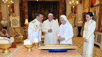 Paus Fransiskus ditemani oleh Suster Anna Rosa Sivori berbincang dengan Raja Thailand Maha Vajiralongkorn (tengah) dan Ratu Suthida (kanan) di Amporn Throne Hall Dusit Palace di Bangkok (22/11/2019). (The Royal Household Bureau via AP)