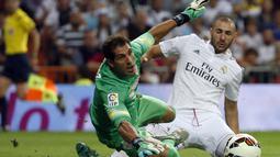 Penyerang Real Madrid, Karim Benzema berusaha mengecoh penjaga gawang Athletic Bilbao, Gorka Iraizoz di lanjutan La Liga Spanyol di Stadion Santiago Bernabeu, (6/10/2014). Real Madrid unggul telak 5-0 atas Athletic Bilbao. (REUTERS/Sergio Perez)