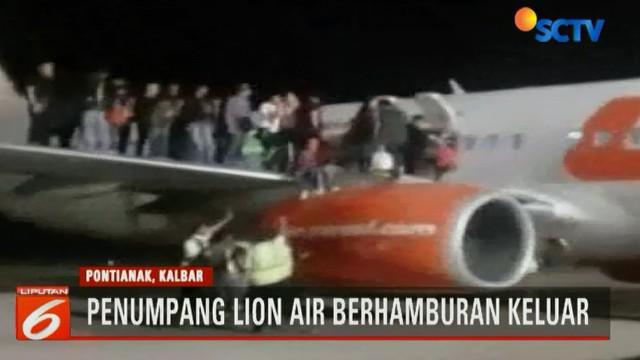 Mendapat isu adanya bom di dalam pesawat, puluhan penumpang Lion Air di Bandara Supadio, Pontianak, Kalimantan Barat, berhamburan keluar melalui pintu darurat.