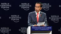 Presiden Joko Widodo atau Jokowi menyampaikan pidatonya pada pembukaan World Economic Forum on ASEAN di National Convention Centre di Hanoi, Vietnam, Rabu (12/9). (NHAC NGUYEN/AFP)