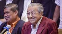 Mahathir Mohamad pada hari Rabu, 9 Mei 2018, saat mendeklarasikan kemenangan oposisi yang dipimpinnya atas koalisi Barisan Nasional yang dinakhodai Najib Razak (AP Photo/Adrian Hoe)
