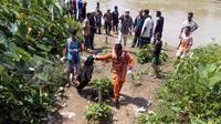 Petugas SAR saat menemukan potongan kaki korban. (Bangun Santoso/Liputan6.com)