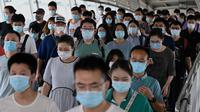 Orang-orang bepergian di kereta bawah tanah selama jam sibuk di Beijing pada Rabu (4/8/2021). China mendeteksi infeksi corona tertinggi dalam 6 bulan belakangan setelah menggelar tes Covid-19 massal pada Rabu (4/8). (Noel Celis / AFP)