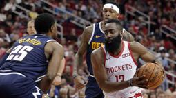 Pebasket Houston Rockets, James Harden, berusaha melewati pemain Denver Nuggets, Malik Beasley, pada laga NBA di Toyota Center, Selasa (8/1). Houston Rockets menang 125-113 atas Denver Nuggets. (AP/Michael Wyke)