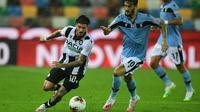 Penyerang Udinese, Rodrigo de Paul, berebut bola dengan gelandang Lazio, Luis Alberto, pada laga lanjutan Serie A pekan ke-33 di Dacia Arena, Kamis (16/7/2020) dini hari WIB. Lazio bermain imbang 0-0 atas Udinese. (AFP/Miguel Medina)
