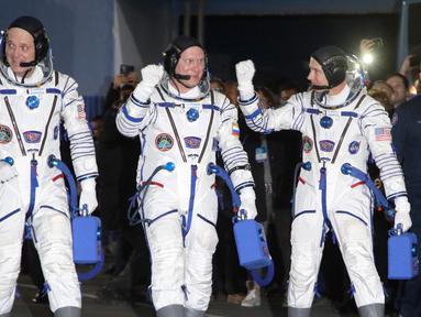 Kosmonot Rusia Oleg Artemyev (tengah) serta astronot AS Richard Arnold (kanan) dan Andrew Feustel bersiap menuju Stasiun Luar Angkasa Internasional (ISS), Kazakhstan, Rabu (21/3). Ketiganya akan dibawa dengan Soyuz MS-08. (AP Photo/Dmitri Lovetsky, pool)