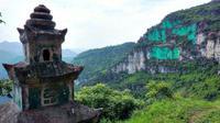 Yang Zhigang mengecat dinding gunung dengan warna hijau terang karena percaya warna asli gunung itu memberikan pengaruh negatif
