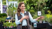 Muncul perdana setelah lockdown Inggris, Kate Middleton mengunjungi Fakenham Garden Centre di Norfolk, Inggris, pada 18 Juni 2020. (AARON CHOWN / POOL / AFP)